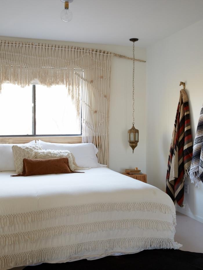 décoration intérieure style boho moderne couverture de lit blanche à franges rideaux tête de lit en corde macramé meuble de chevet bois