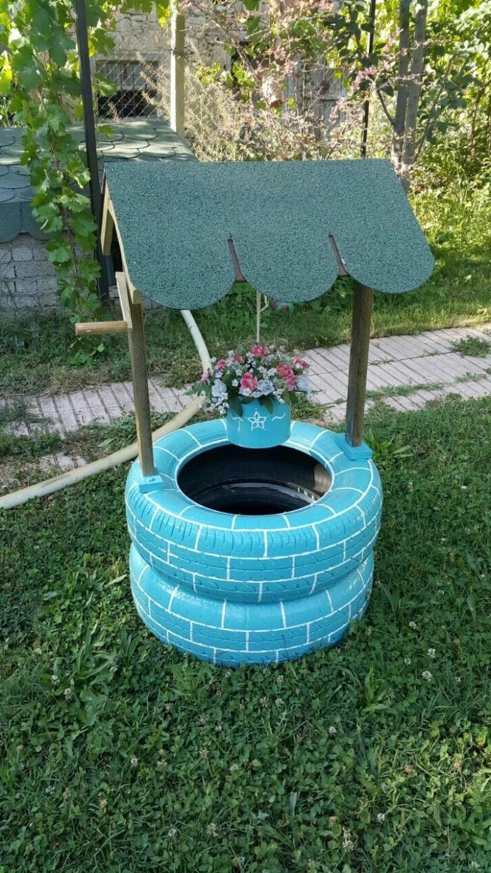 exemple comment construire un puits de jardin décoratif avec objet recyclé, modèle de puits artificiel avec pneus recyclés