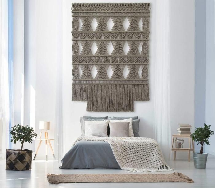 décoration moderne chambre à coucher blanche pot fleur métal meubles bois clair cache pot tressé plantes vertes suspension corde macramé gris