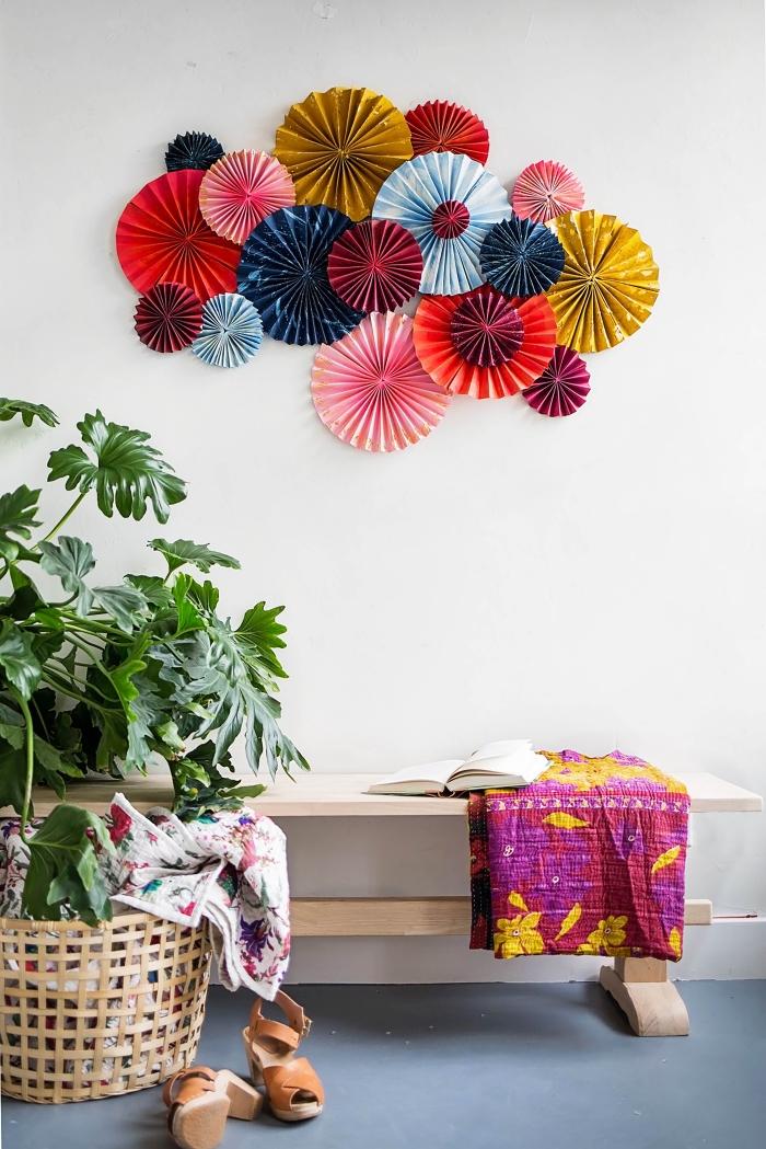 activité manuelle adulte, comment décorer les murs dans son salon bohème chic avec une création en éventails de papier coloré