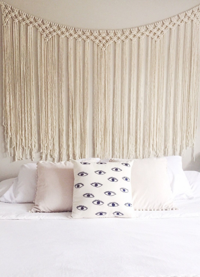 décoration murale chambre à coucher ado coussin blanc motifs yeux tete de lit diy en corde macramé cotton beige franges noeud