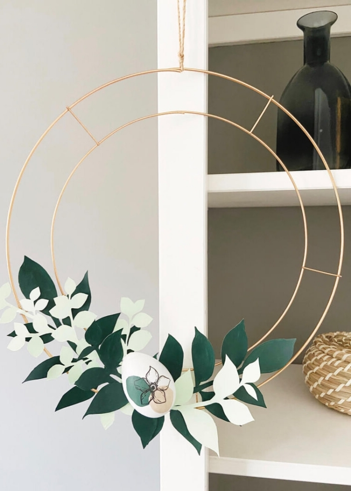 activité manuelle printemps, modèle de couronne décorative avec feuilles en papier et œuf pour la fête des Pâques