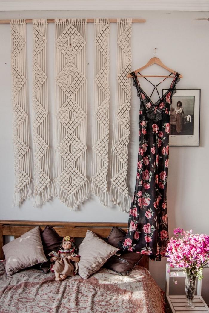 décoration petite chambre à coucher de style bohème chic suspension diy tete de lit tissu ou corde franges bouquet de fleurs vase verre