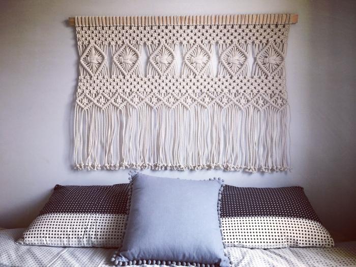 décoration petite chambre à coucher idee tete de lit facile à faire avec corde cotton beige technique noeud macramé coussin décoratif