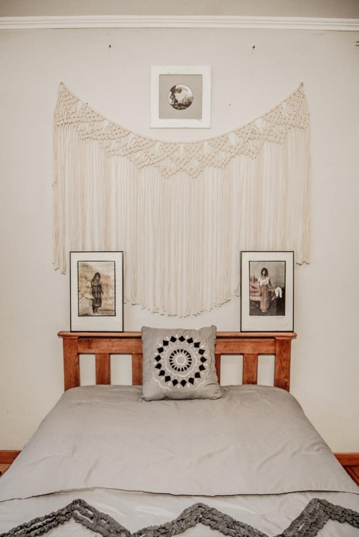 décoration petite chambre style bohème moderne tête de lit en palette diy macramé mural avec franges art cadres photos coussin mandala