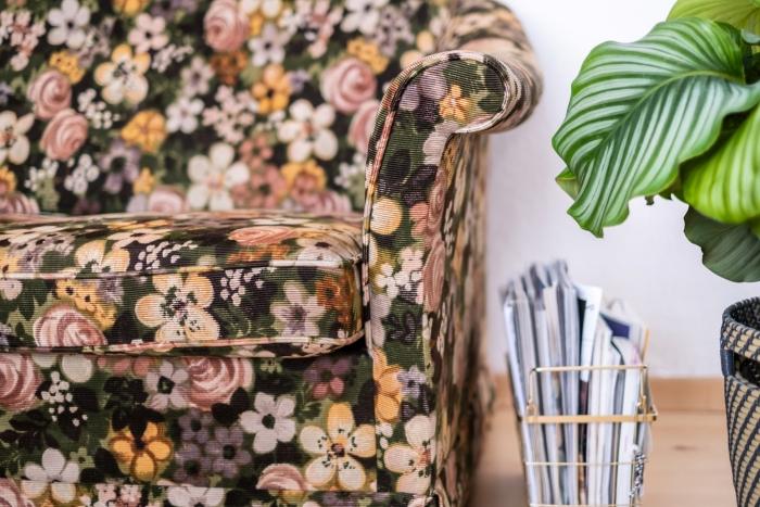 décoration salon parquet bois rangement accessoire organisateur doré cache pot tressé plante verte intérieur canapé tissu motifs fleurs