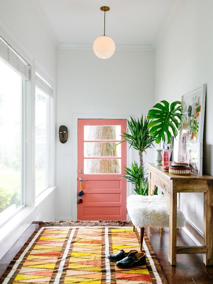 décoration style éclectique tapis orange et jaune motifs triangulaires quelle couleur pour les portes avec des murs blancs palmier