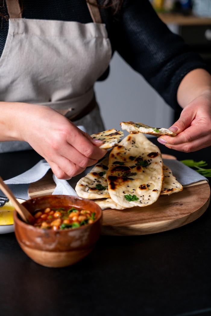 que faire a manger, idée de pain naan maison simple a faire à déguster avec salade d haricots blancs aux tomates