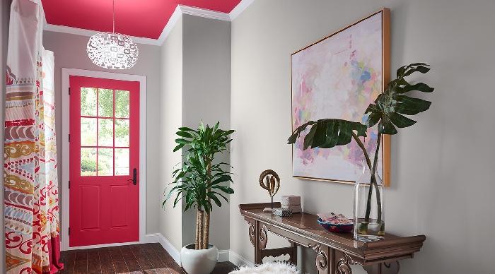 de quelle couleur peindre les portes d un couloir murs gris clair plantes vertes art mural peinture abstraite meuble bois foncé pot fleur blanc