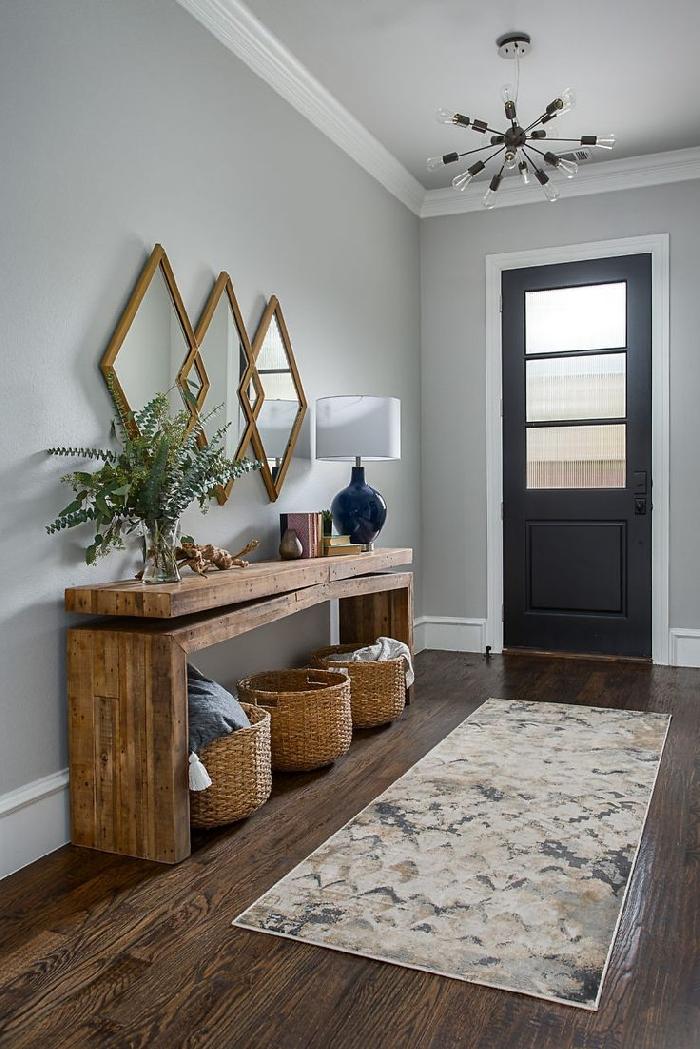 de quelle couleur peindre les portes d un couloir revêtement sol bois foncé tapis blanc meuble bois brut panier tressé miroir doré