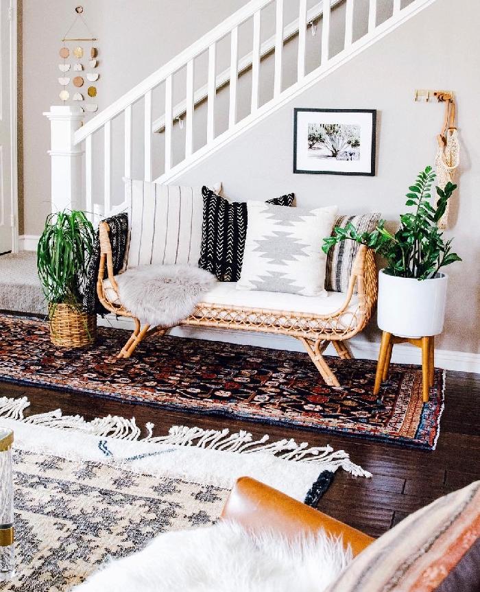 deco hall d entrée style bohème chic banquette rotin housse fausse fourrure grise cache pot tressé tapis blanc franges escalier blanc