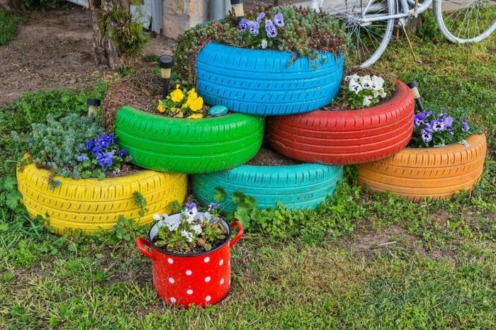 décoration jardin extérieur originale, idée comment faire des jardinières du sol avec des vieux pneus et peinture acrylique