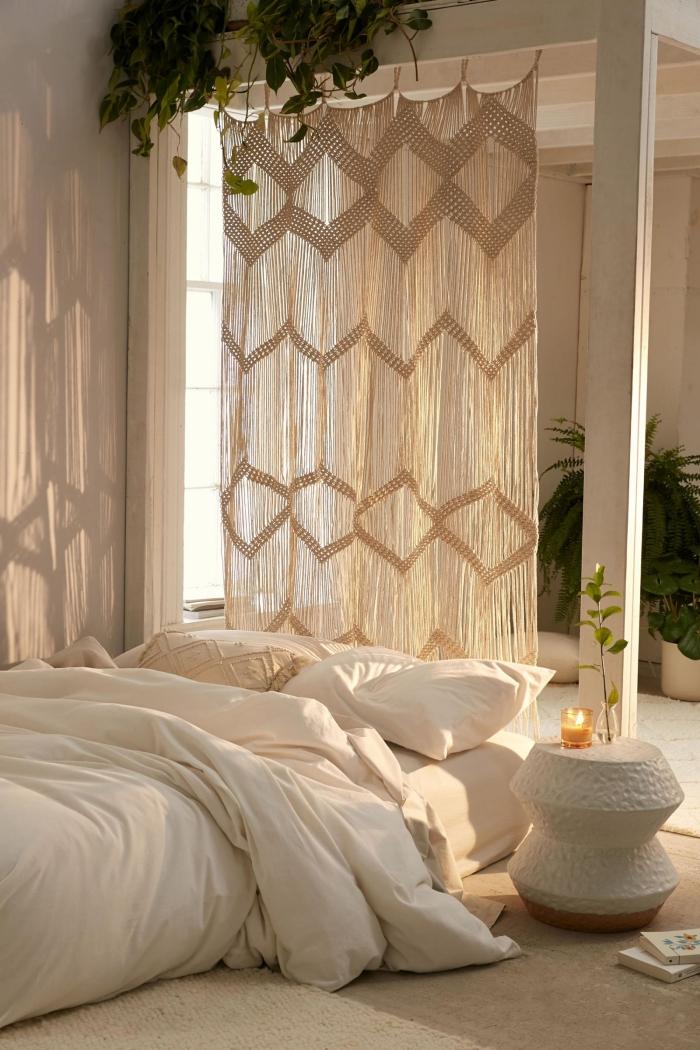 deco tete de lit diy rideaux en noeud macramé chambre boho minimaliste lit sol couverture linge de lit blanc table café ronde blanche