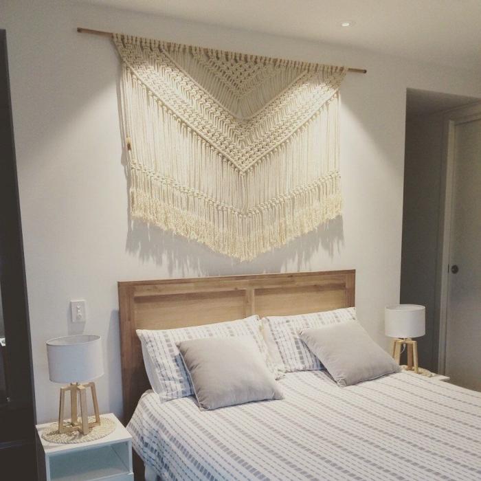 deco tete de lit originale technique macramé suspension corde franges art mural noeud macramé lampe de chevet blanc et bois