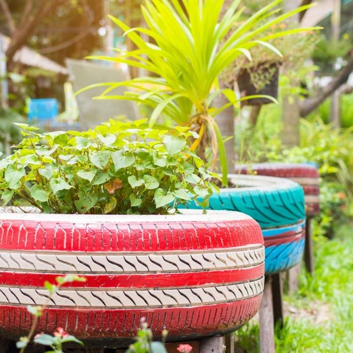 projet de récupération de vieux pneus pour bricoler une décoration de jardin originale, modèles de jardinières DIY en pneus