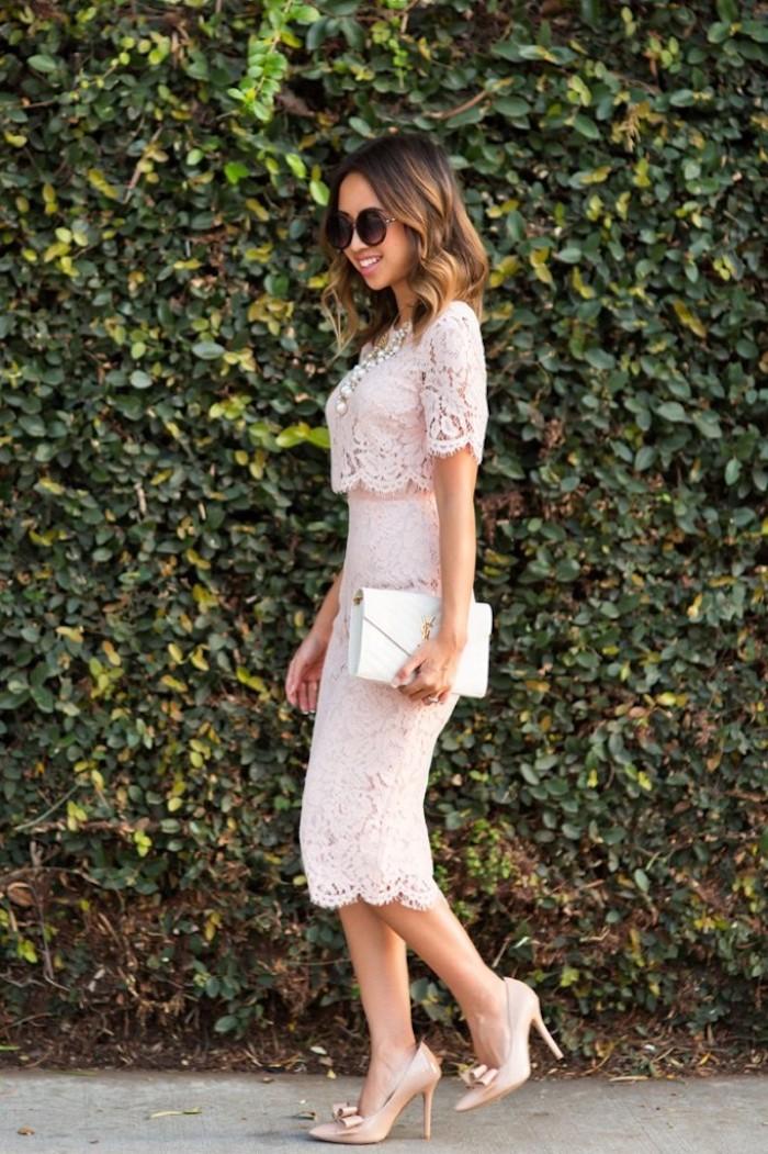 dentelle robe rose avec top qui semble détaché chaussures à talon élégant look mariage invite robe courte en dentelle comment s habiller aujourd hui