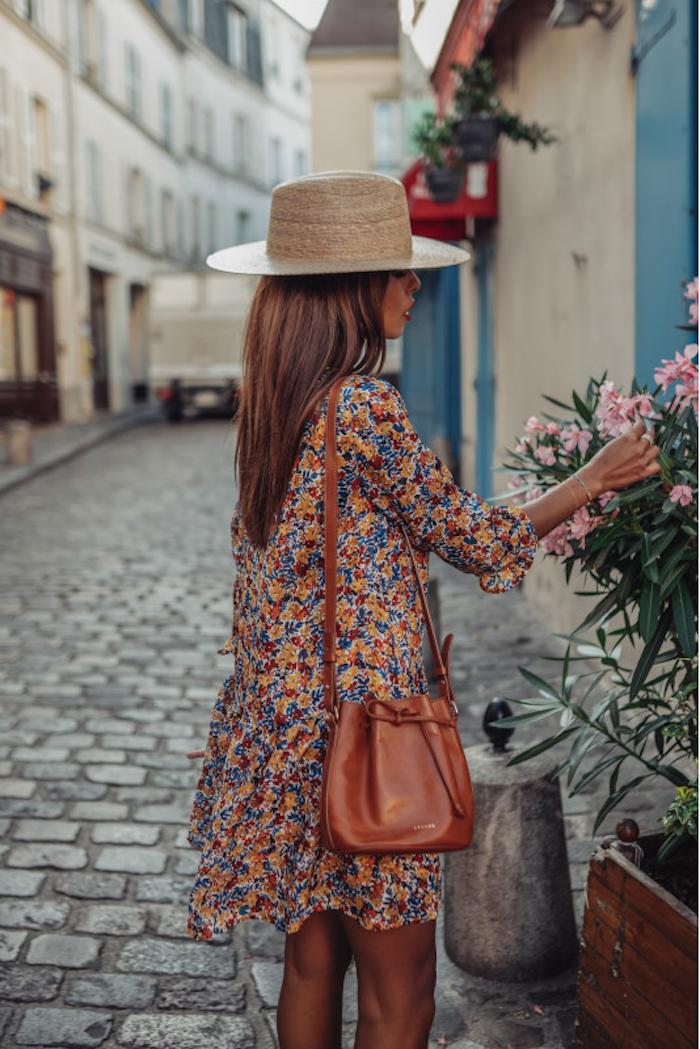 des idées pour vos tenues de vacances printemps ete sac a main poche debardeur robe champetre inspiration robe fleurie pour femme élégante qui s arrete pour sentir les fleurs