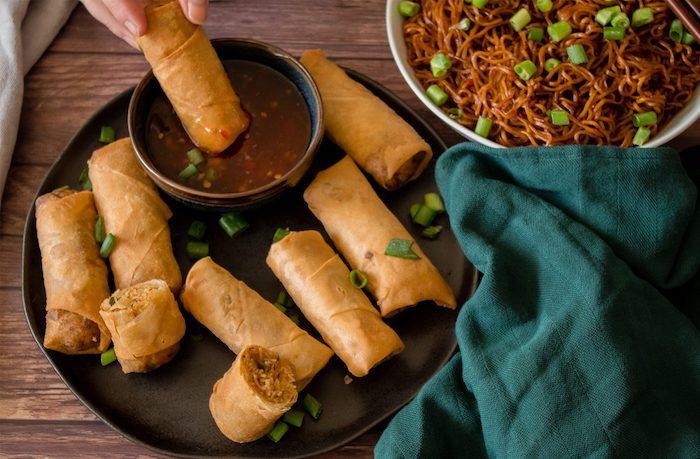 rouleaux de printemps frits vegan avec farce vegan de carottes, nouilles, oignons pour constituer un apero dinatoire original