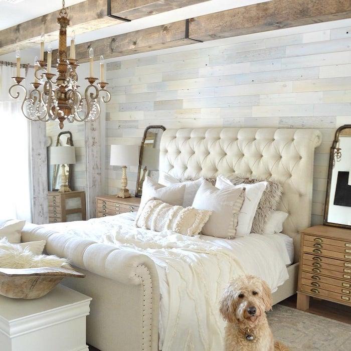 design d interieur lustre barroque chien adorable lit blanc lumineuse chambre couleurs claires blanc mur bois