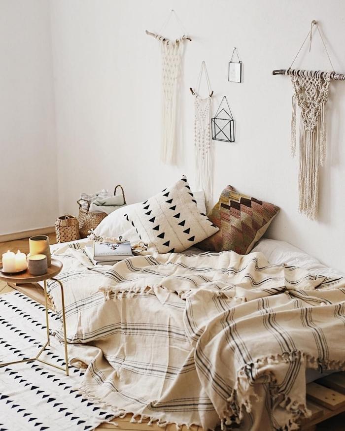 design intérieur accessoires couleurs netres plaid à franges tapis scandinave blanc triangles noirs bougies panier tressé suspension macramé diy