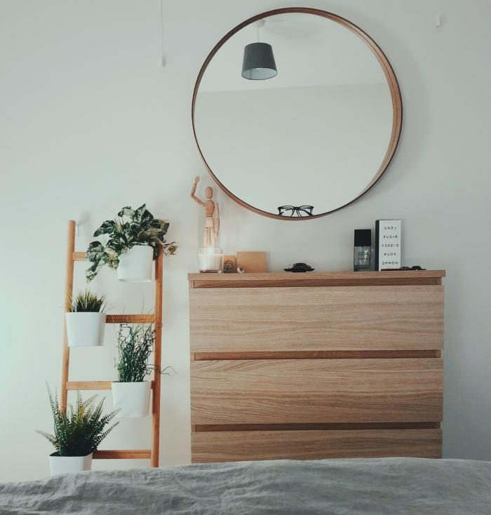design intérieur aménagement chambre à coucher minimaliste style moderne meuble bois commode miroir rond bois