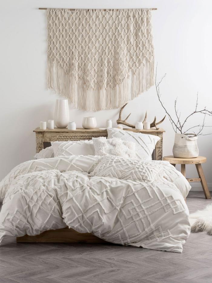 design intérieur décoration chambre à coucher style boho scandinave suspension en noeud macramé franges tête de lit en bois avec rangement