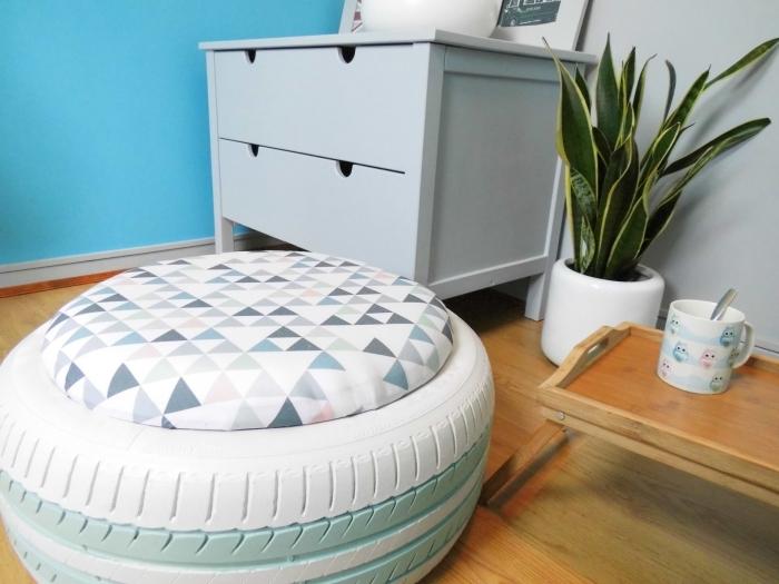 comment faire un pose-pied facile avec matériaux de récupération, modèle d'ottoman en pneu recyclé avec siège en tissu et bois