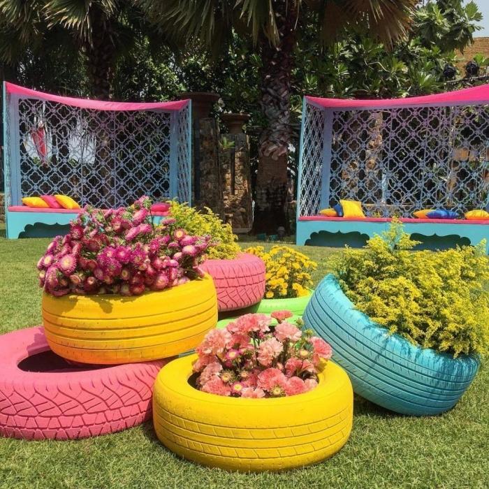 idée déco recup pour extérieur avec objets recyclés, modèles de jardinières au sol originales fabriquées avec vieux pneus