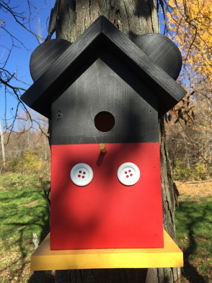modèle de nichoir pour rouge gorge originale avec toit noir et face avant en rouge décorée de boutons blancs