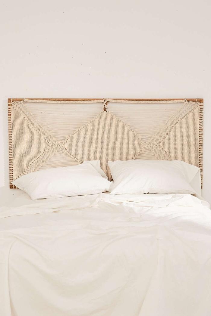 design minimaliste déco petite chambre à coucher en blanc et beige tete de lit diy noeud macramé cadre bois oreilles linge de lit