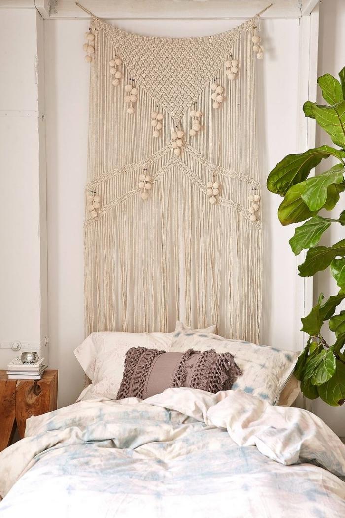 design petite chambre à coucher de style bohème chic suspension noeud macramé en corde beige avec perles de bois franges coussin glands