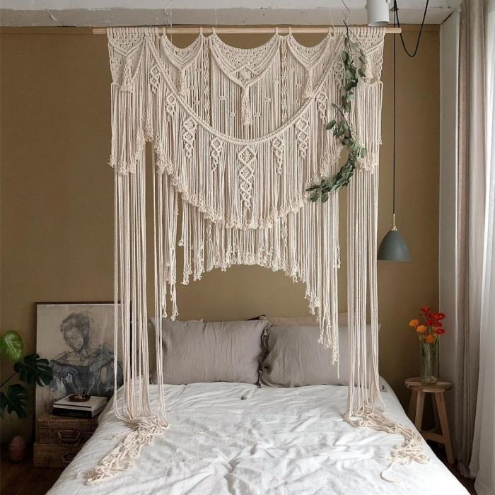 design petite chambre a coucher style boho chic peinture murale vert de gris petite table ronde bois art peinture blanc et noir deco tete de lit