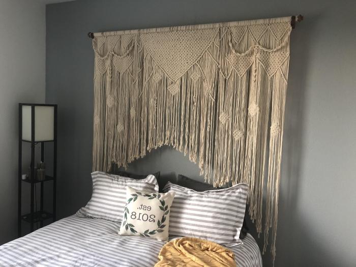 design petite chambre bohème avec têtе de lit en macramé franges corde beige étagère métal peinture murale couleur grise coussin décoratif