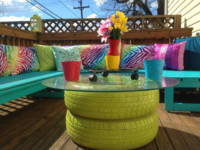 idée déco jardin ou terrasse originale avec matériaux de récupération, modèle de table basse en pneus recyclés peints en vert