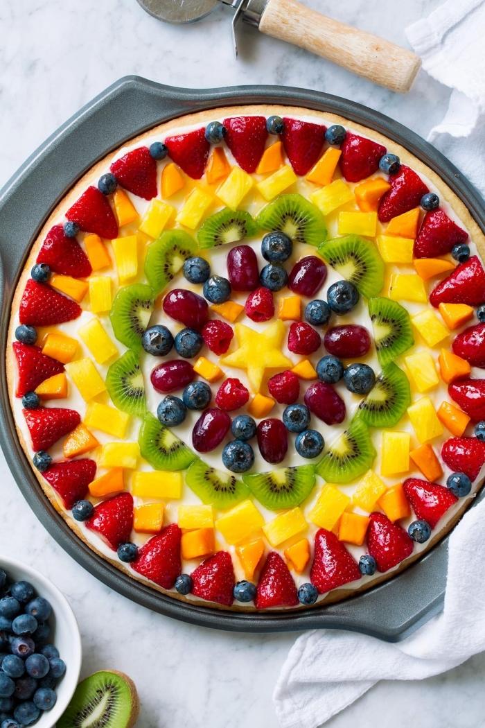dessert aux fruits facile pâte sucrée tarte pizza aux fruits gélatine kiwi fraises mangue myrtilles fruits rouges crème fouettée