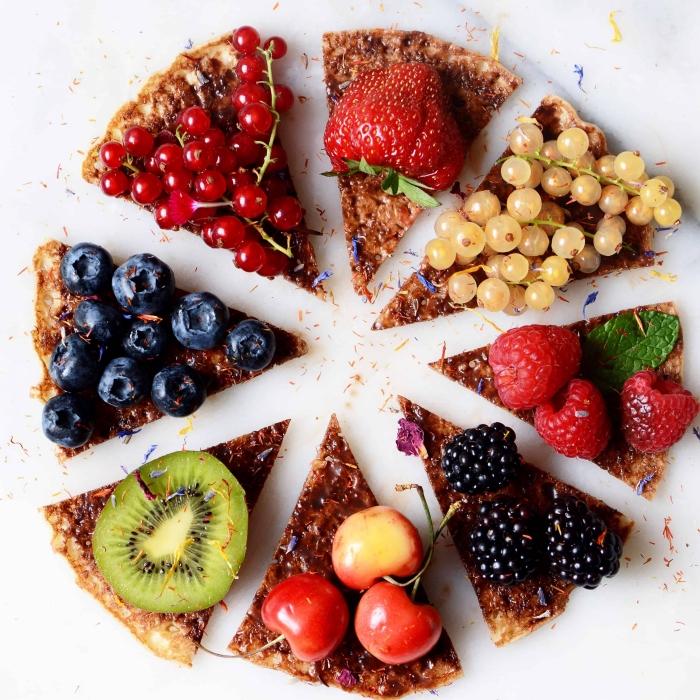 dessert aux fruits recette sucrée facile rapide gâteau fruits pizza kiwi fraises myrtilles raisin cerise pâte croustillante miel flocons d avoine