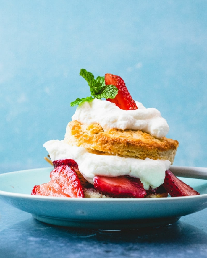 dessert d été biscuits pâte beurre cheescake déconstruit crème fouettée variation mini gâteau fromage et fruits fraîches fraises menthe