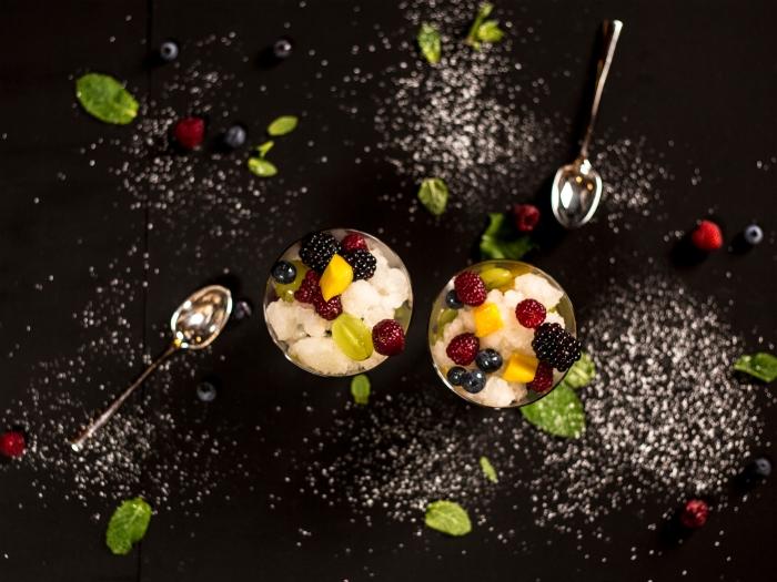dessert facile a faire crème fromage fruits fraîches dessert dans bol verre mûres framboises tranches de mangue cuillère dessert feulles de menthe