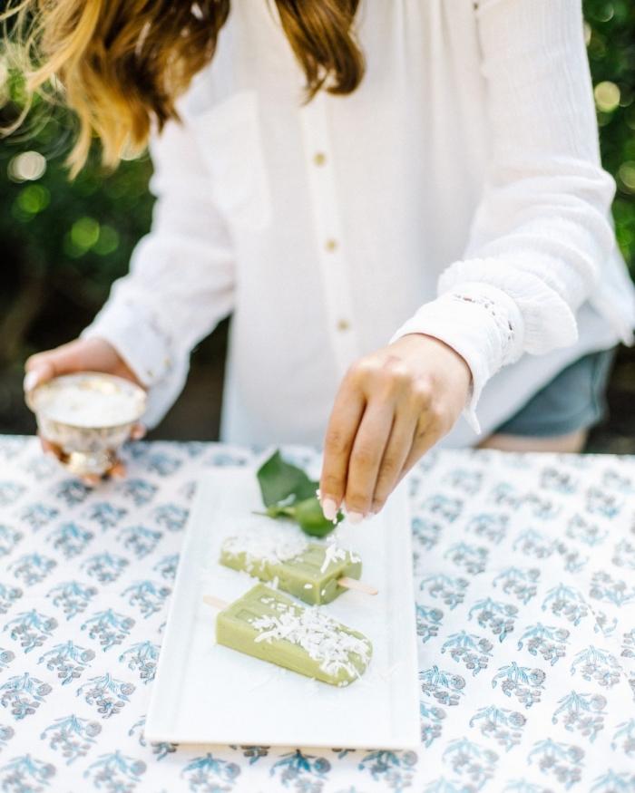 dessert facile a faire creme glacée maison popsicles kiwi feuilles de menthe amandes effilées plateau dessert nappe blanche