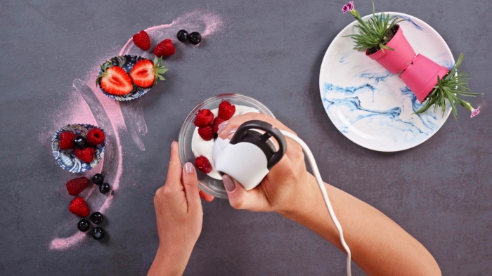 dessert leger aux fruits batteur électrique bol verre fruits fraîches assiette ronde marbre fleurs art culinaire recette sucrée saine skyr