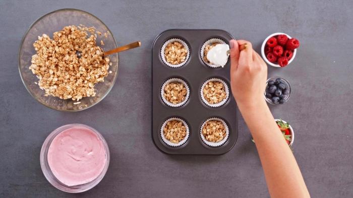 dessert leger et frais fraises framboises myrtilles crème glaçage muffin sain au skyr et fruits fraîches flocons d avoine recette sucrée