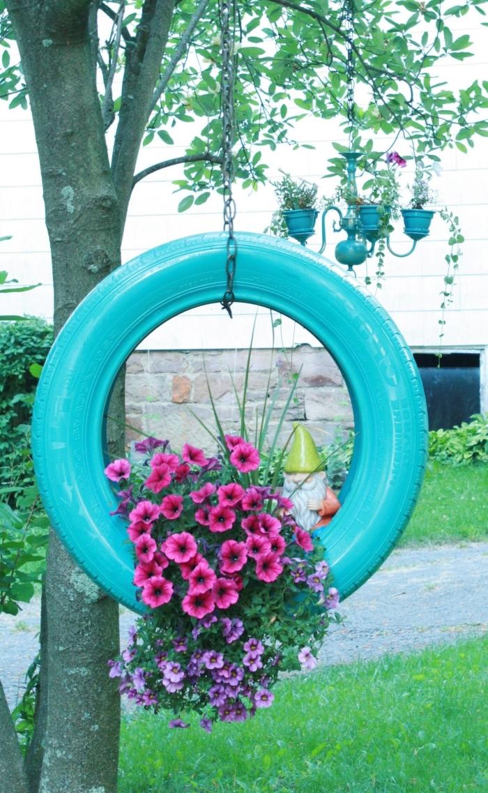 décoration jardin avec pneu, modèle de jardinière facile à faire avec pneu peint en bleu suspendu, bricolage facile avec matériaux recyclés
