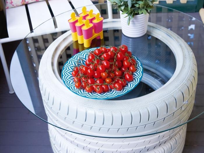 idée déco jardin avec meubles fait maison, modèle de table de jardin fabriquée avec pneus recyclés et verre, déco petit balcon avec table diy