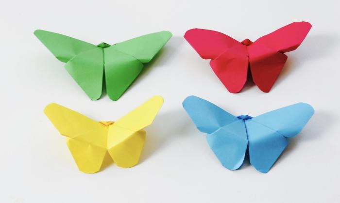 modèles de papillon facile à réaliser avec du papier scrapbooking, idée d'activité manuelle maternelle facile et petit budget