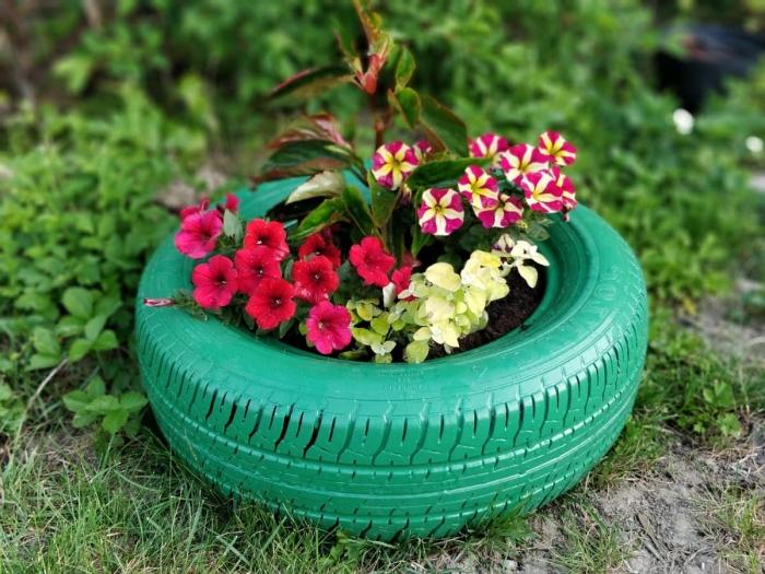 idée de recyclage pneu facile et économique, que faire avec des vieux pneus, diy jardinière du sol en pneu repeint en vert