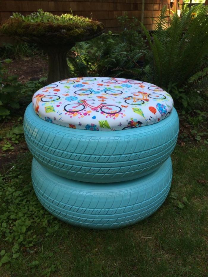 déco a faire soi mémé recup, modèle de tabouret DIY réalisé avec pneus peints en bleu turquoise et couvert de planche de bois