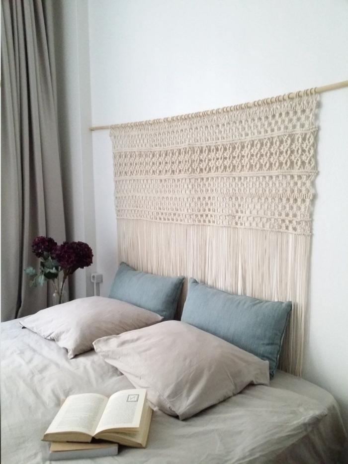 diy tete de lit en bois et corde macramé technique facile coussin décoratifs housse bleu pastel bouquet de fkeyrs vase verre livre lit chambre à coucher