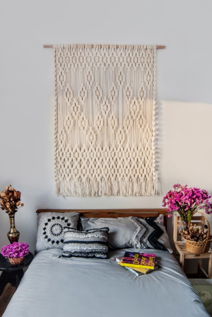 diy tete de lit originale suspension bois flotté corde macramé tête de lit bois foncé coussin mandala gris et noir panier tressé