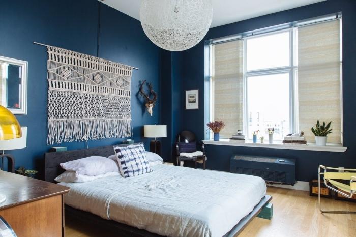 diy tete de lit peinture murale bleu foncé cadre de lit gris anthracite coussin décoratif lampe de chevet miroir cadre blanc