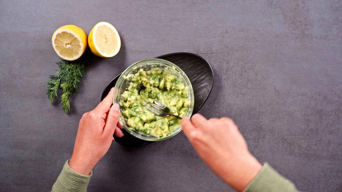 écraser l avocat à l aide d une fourchette, recette a base d avocat pour votre entrée gastronomique froid